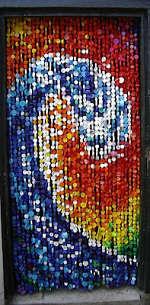 Toca Comer.   Cortina elaborada con tapones de plástico. Marisol Collazos Soto, Rafael Barzanallana