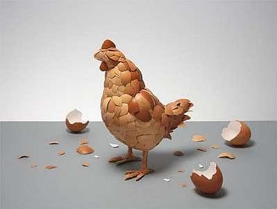 Toca Comer. Escultura de un pollo elaborada con huevos de gallina. Marisol Collazos Soto