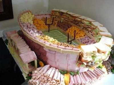 Toca Comer.   Maqueta de estadio elaborado con alimentos. Marisol Collazos Soto, Rafael Barzanallana