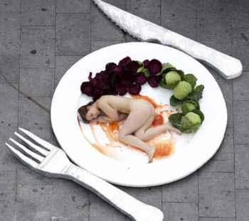 femme dans une assiette