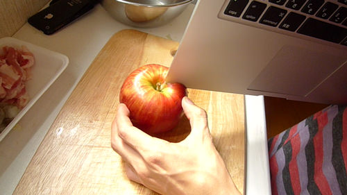Toca Comer. Uso de ordenador Apple como cuchillo de cocina. Marisol Collazos Soto