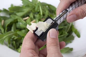 Toca Comer. Laṕiz comestible de queso parmesano, en ensalada. Marisol Collazos Soto, Rafael Barzanallana